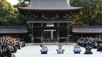 Juara Grand Sumo, Hakuho (kedua kiri) melakukan upacara mengentakkan kaki di Kuil Meiji, Tokyo, 8 Januari 2019. Acara tradisional yang merupakan ritual Shinto ini menjadi bagian dari perayaan Tahun Baru tahunan di kuil tersebut. (Toshifumi KITAMURA/AFP)