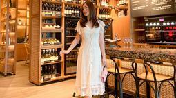 Penampilan Jennifer dengan menggunakan sebuah dress berwarna putih ini pun curi perhatian netizen. Dress yang memiliki detail pada bagian polanya ini hanya dipadupadankan dengan sebuah tas kecil berwarna baby pink. (Liputan6.com/IG/@jennifereve99)