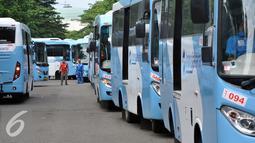 Petugas mengecek Kopaja terintegrasi Transjakarta terparkir di Parkir Timur Senayan, Jakarta, Selasa (22/12). Rute yang terintegrasi dengan koridor VI Dukuh Atas-Ragunan. (Liputan6.com/Johan Tallo)