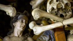 Tengkorak terlihat di Gereja St Bartholomew di Distrik Czermna, Polandia, (31/10). Gereja ini menyimpan tengkorak manusia yang meninggal karena Perang 30 Tahun (1618-1648), Perang Silesian I II III, dan wabah kolera. (AFP Photo/Natalia Dobryszycka)