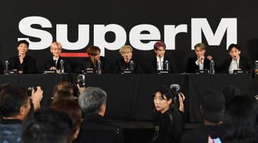 Grup idola K-Pop, SuperM saat konferensi pers di Capitol Records Tower, Hollywood pada Kamis (3/10/2019). Boyband beranggotakan Taemin SHINee, Baekhyun dan Kai EXO, Mark dan Taeyong NCT, serta Lucas dan Ten WayV itu akan membuat debut Hollywood mereka pada minggu ini. (VALERIE MACON/AFP)