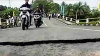 Jembatan Putrapinggan yang menghubungkan Pangandaran ke Ciamis dan Banjar, turun.