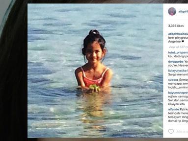 """""""May Heaven be your best playground.. RIP beautiful Angeline ,"""" tulis aktris cantik Atiqah Hasiholan disertai foto Angeline yang tengah bermain di air, dalam akun Instagramnya @atiqahhasiholan. (instagram.com/atiqahhasiholan)"""