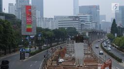 Sejumlah kendaraan melintas di sisi papan reklame di sekitar Jalan HR Rasuna Said, Jakarta, Sabtu (20/12). Ada 60 titik lokasi penyegelan reklame di Jakarta yang akan dilakukan oleh Satpol PP DKI. (Liputan6.com/Helmi Fithriansyah)