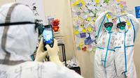 """Para petugas medis dari Rumah Sakit Zhongnan di Universitas Wuhan berfoto bersama di rumah sakit darurat """"Ruang Tamu Wuhan"""" di Wuhan, Provinsi Hubei, China pada 7 Maret 2020. Semua pasien di rumah sakit darurat itu telah diizinkan pulang atau dipindahkan pada Sabtu (7/3) sore. (Xinhua/Xiong Qi)"""