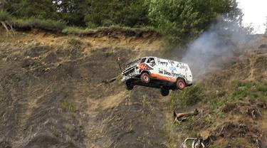 Sebuah mobil yang terjun bebas di Alaska