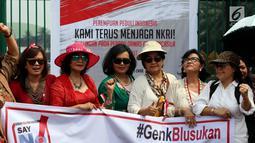 Sejumlah ibu dari Perempuan Peduli Indonesia membentangkan spanduk dalam aksi mendukung pengesahan Perppu Ormas di depan Gedung DPR, Jakarta, Kamis (27/7). Mereka mendesak pemerintah untuk merealisasikan Perppu No 2 Tahun 2017. (Liputan6.com/Johan Tallo)