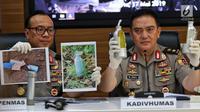 Kadiv Humas Polri Irjen Pol M. Iqbal (kanan) memperlihatkan barang bukti terkait penangkapan terduga teroris di Jakarta, Jumat (17/5/2019). Iqbal mengatakan dari 29 yang diamankan pada bulan Mei, sebanyak 18 terduga teroris mempunyai tujuan beraksi pada 22 Mei mendatang. (Liputan6.com/Johan Tallo)