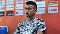 Penyerang sayap Arema FC, Rifaldi Bawuoh mulai dikenal dengan selebrasi unik. (Bola.com/Iwan Setiawan)