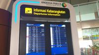Papan informasi keberangkatan di Bandara SKK II Pekanbaru, Riau. (Liputan6.com/M Syukur)
