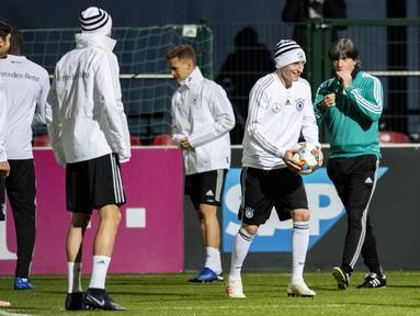 Timnas Jerman akan melakukan perombakan skuad jelang laga kontra Rusia yang berlangsung  di stadion Red Bull Arena, Leipzig, Jumat (16/11). (AFP/Robert Michael)