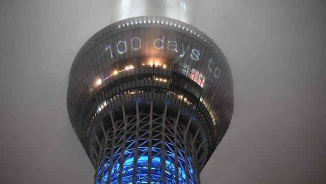 Gambar hitungan mundur menunjukkan angka 100 hari jelang pembukaan Olimpiade Tokyo 2020 ditampilkan di Tokyo Skytree yang menyala di Tokyo, Jepang, pada 14 April 2021. (Kazuhiro NOGI / AFP)