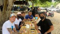 Presiden Persiraja Nazzarudin Dek Gam yang didampingi Sekum Rahmat Djailani ngopi bareng dengan empat pemain asing di Banda Aceh. (Bola.com/Gatot Susetyo)