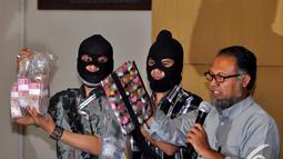 Wakil pimpinan Komisi Pemberantasan Korupsi Bambang Widjojanto memperlihatkan barang bukti operasi tangkap tangan Ketua DPRD Bangkalan Fuad Amin Imron di gedung KPK, Jakarta, Selasa (02/12/2014). (Liputan6.com/Miftahul Hayat)