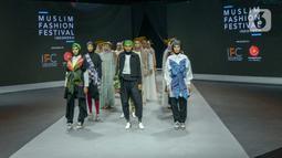 Model memeragakan busana dalam Muslim Fashion Festival (Muffest) 2020 di Jakarta Convention Center (JCC), Jakarta, Kamis (20/2/2020). Muffest 2020 menggaungkan tema kepedulian terhadap lingkungan. (merdeka.com/Imam Buhori)