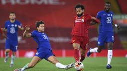 Pemain Liverpool Mohamed Salah menggiring bola saat menghadapi Chelsea pada pertandingan Liga Inggris di Anfield Stadium, Liverpool, Inggris, Rabu (22/7/2020). Liverpool mengalahkan Chelsea dengan skor 5-3. (Laurence Griffiths, Pool via AP)