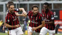 Pemain AC Milan, Hakan Calhanoglu (tengah) merayakan golnya ke gawang Hellas Verona pada lanjutan Serie A di San Siro stadium, Milan, (5/5/2018). AC Milan menang telak 4-1. (AP/Antonio Calanni)