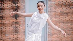Lyodra sendiri memang cukup aktif mengunggah gaya OOTD di akun Instagram pribadinya. Penampilannya dengan dress berwarna putih ini juga membuatnya terlihat menawan. (Liputan6.com/IG/@lyodraofficial)
