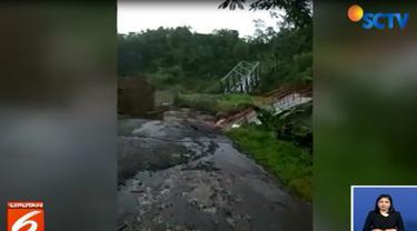 Sebuah video amatir merekam detik-detik saat Jembatan Plompong ambrol diterjang banjir bandang akibat luapan Sungai Keruh.