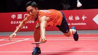 Tunggal putra Jepang, Kento Momota, berusaha mengembalikan kok saat melawan tunggal Indonesia, Anthony Ginting, pada BWF World Tour 2019 di Tianhe Gymnasium, Guangzhou, Minggu (15/12). Ginting kalah 21-17, 17-21 dan 14-21 dari Momota. (AFP/STR)