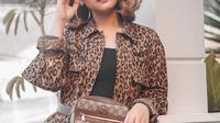 Ternyata Regina pernah berkolaborasi dengan penyanyi terkenal Indonesia. Melalui akun Instagramnya, Regina terlihat pernah berkolaborasi dengan Ariel Noah. (Liputan6.com/IG/reginapoetiray)
