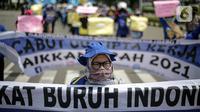 Massa Gabungan Serikat Buruh Indonesia (GSBI) berunjuk rasa di kawasan Patung Kuda, Jakarta, Senin (16/11/2020). GSBI meminta pemerintah mencabut UU Cipta Kerja serta menaikkan upah buruh 2021 sesuai kebutuhan rill buruh dan keluarga. (Liputan6.com/Faizal Fanani)