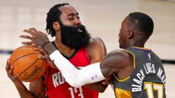 Pebasket Houston Rockets, James Harden, berebut bola dengan pebasket Oklahoma City Thunder, Dennis Schroder, pada laga NBA, Selasa (1/9/2020). Oklahoma City Thunder menang 104-100 atas Houston Rockets. (AP Photo/Mark J. Terrill)