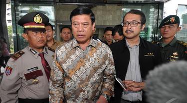 Menko Polhukam Tedjo Edhy Purdijatno berjalan keluar Gedung KPK, Jakarta, Selasa (16/12/2014). (Liputan6.com/Miftahul Hayat)