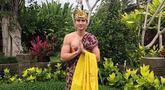 Pemilik nama lengkap Verrell Bramasta Fadilla Soedjoko sering sekali berlibur ke beberapa tempat di Indonesia, salah satunya Bali. Saat di Bali, Verrell tidak lupa mencoba pakaian adat Bali saat momen hari raya Galungan. (Liputan6.com/IG/@bramastavrl)