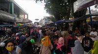 Warga Bogor memadati Pasar Anyar untuk membeli kebutuhan lebaran. Sejak jelang puasa, pasar terbesar di Kota Bogor ini ramai dikunjungi warga.(Liputan6.com/Achmad Sudarno)