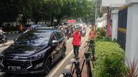 Gibran Rakabuming Raka di depan kantor DPP PDIP. Dia akan mengikuti fit and proper test terkait Pilkada Solo, Senin (10/2/2020). (Liputan6.com/ Putu Merta Surya Putra)