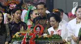 Ketua Umum PDIP Megawati Soekarnoputri memotong tumpeng pada HUT ke-72 didampingi Presiden Joko Widodo di Grand Sahid Jakarta, Rabu (23/1). Sejumlah politisi dan kader PDIP turut hadir dalam HUT ke-72 Megawati. (Liputan6.com/Angga Yuniar)
