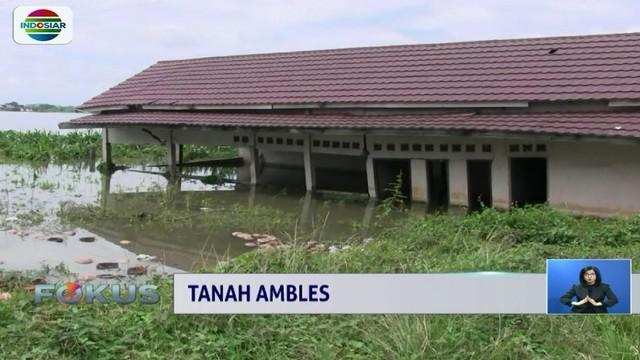 Sejumlah rumah di Palembang rusak akibat pergerakan tanah. Bahkan fenomena tersebut membuat rumah warga ambles sekitar setengah meter.