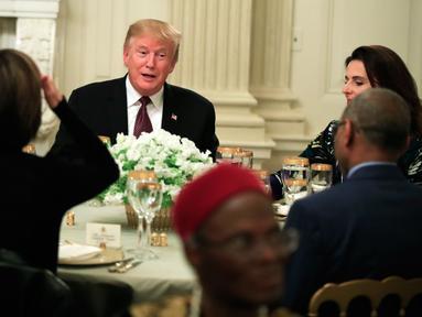 Presiden AS, Donald Trump menggelar acara buka puasa bersama di Ruang Makan Negara di Gedung Putih, Senin (13/5/2019). Buka bersama yang dikemas layaknya jamuan makan malam sesuai tradisi Barat itu mengundang duta besar negara-negara berpenduduk mayoritas muslim. (AP/Manuel Balce Ceneta)