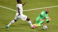 Tim Howard menyambar bola dari Jordan Ayew (AFP/ Javier Soriano)