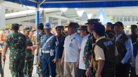 Menkes menemui 188 WNI ABK World Dream yang telah tiba di Tanjung Priok, Sabtu (14/3/2020).(Liputan6.com/ Nanda Perdana Putra)
