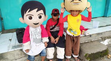 Para pengamen boneka yang masih duduk di bangku sekolah SD-SMP tersebut, nampak tengah beristirahat sambil menunggu lampu merah menyala di pertigaan lampu merah Toserta Asia, Garut, Jawa Barat.