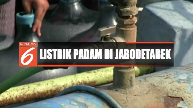 Warga Tangerang, Banten, menjebol pipa PDAM Tirta Bening demi mendapatkan air bersih akibat listrik padam.