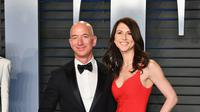 Jeff Bezos dan MacKenzie menghadiri Vanity Fair Oscar Party di Wallis Annenberg Center, Beverly Hills, California, Amerika Serikat, 4 Maret 2018. (DIA DIPASUPIL / GETTY IMAGES NORTH AMERICA / AFP)