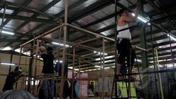 Pedagang mempersiapkan kios baru mereka di Tempat Penampungan Sementara (TPS) Pasar Senen Blok III, Jakarta, Sabtu (7/2/2015). (Liputan6.com/Johan Tallo)
