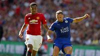 Gelandang Leicester City Danny Drinkwater (kanan) meneken kontrak selama lima musim hingga 2021. (Reuters / John Sibley)