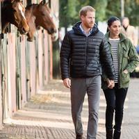 Meghan Markle dan Pangeran Harry tampak berjalan-jalan di Maroko. Meghan menggunakan jaket lamanya yang pernah dipakai sebelum ia menjadi keluarga kerajaan. (dok. Instagram @hrhofsussex/https://www.instagram.com/p/BuVBCb5FBZs/Esther Novita Inochi)
