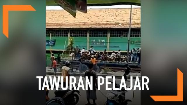 Tawuran antar pelajar pecah di jalur pantura Cirebon. Puluhan pelajar menyerang sekolah dengan menggunakan batu dan besi.