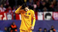Reaksi kecewa bintang Barcelona, Lionel Messi usai timnya takluk di tangan Atletico Madrid dengan skor 0-2, pada Leg 2 Babak Perempat Final Liga Champions 2015-2016, di Stadion Vicente Claderon, Kamis (14/4/2016) dini hari WIB. Messi mendapat kritikan set