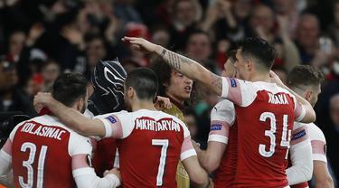 Selebrasi gol pertama Aubameyang pada leg kedua,babak 16 besar Liga Europa yang berlangsung di Stadion Emirates, London, Jumat (15/3). Arsenal menang 3-0 atas Rennes. (AFP/Ian Kington)
