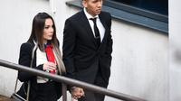 Striker Liverpool Roberto Firmino dan istri, Larissa. (AFP/Paul Ellis)