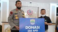 Persib Bandung menyerahkan bantuan berupa 250 Alat Pelindung Diri (APD) dan 10 ribu masker kepada Polda Jawa Barat, Kamis (2/7/2020). (Bola.com/Erwin Snaz)