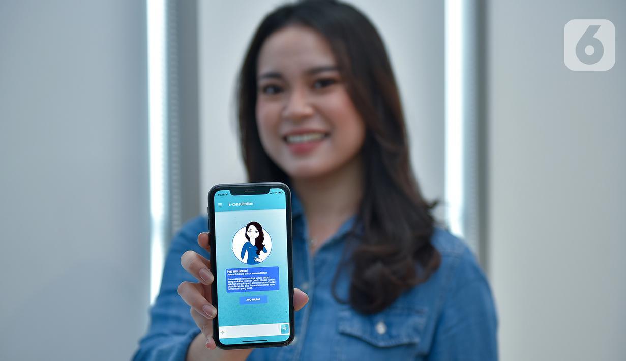 Model menunjukkan fitur terbaru E-Consultation dalam Garda Mobile Medcare di Jakarta, Kamis (16/09/2021). Fitur terbaru asuransi kesehatan dari Garda Medika memungkinkan peserta dapat konsultasi secara online melalui video call dengan dokter umum maupun spesialis. (Liputan6.com/HO/Medika)