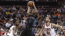 Pebasket Charlotte Hornets, Malik Monk, berusaha memasukkan bola saat pertandingan melawan Cleveland Cavaliers pada laga NBA di Spectrum Center, Rabu (28/3/2018). Cleveland Cavaliers menang 118-105 atas Charlotte Hornets. (AP/Chuck Burton)