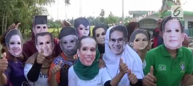 Masyarakat Polewali Mandar membuat lomba tarik tambang yang diikuti warga bertopeng para tokoh politik seperti Jokowi, Prabowo, dan lainnya.